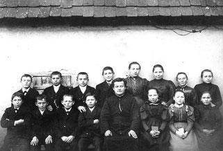 Eine der ältesten Fotoaufnahmen aus Flehingen. Die Erstkommunionkinder von 1896 mit Pfarrer Hermann Decker. Eine Namenszuordnung ist nicht mehr möglich.