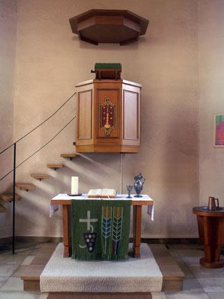 Altar und Kanzel der Waldenserkirche in GroßvillarsJahren