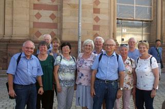 Ein knappes Dutzend Exkursionsteilnehmer vor dem Speyrer Dom