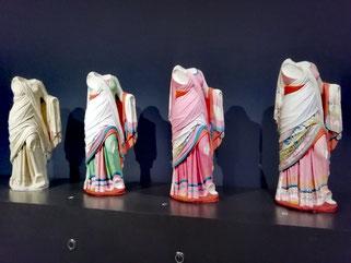 sculptures antiques colorées