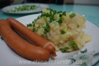 Selbstgemachter schwäbischer Kartoffelsalat (in China!) mit importierten Saitenwürsten. Das ist ein Gesprächsthema, mit dem man locker eine halbe Stunde füllen kann.