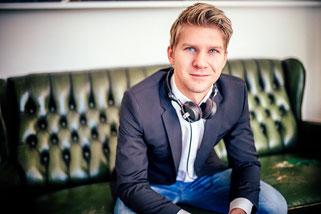 DJ Leipzig- Marcus Gaitzsch Portrait in schwarz weiss mit Kopfhören