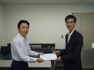 国交省自動車局の岩崎総務課長へ要請書を手渡す縄野書記長