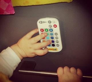 Mit der rechten Hand festhalten, mit der linken Hand spielen.