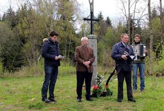 Am Friedhof in Grafenried gedachte man der Verstorbenen. Diakon Hans Peter Gänger (vorne) segnete die Gräber, Thomas Schrödl und Ortsbetreuer Hans Laubmeier (von links) erinnerten an die Bedeutung der Heimat.