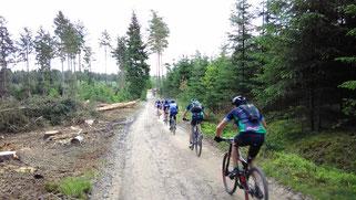 rasende Teilnehmer der Highland Mountainbike Challenge
