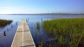 ein Steg führt weit in den Mossø