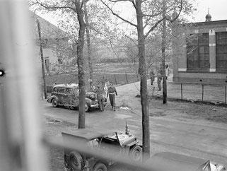 Aankomst van de delegaties bij de St-Jozefschool in Achterveld. (Canadian Archives)