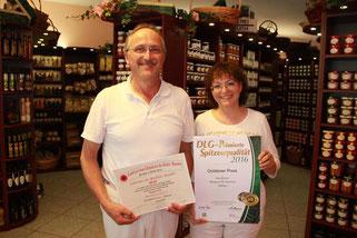 Bild: Franz und Renate Weinbuch mit dem Goldenen Preis der DLG 2016. Metzgerei Weinbuch Öpfingen