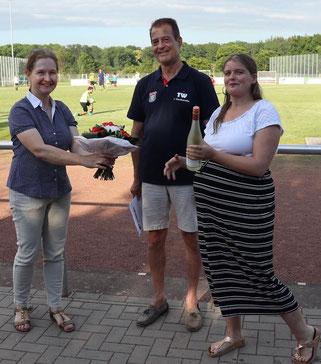 Marion Marschall (links) erhält von der Ehrenamtsbeauftragen Sara Kauffmann und dem 1. Vorsitzenden Thomas Wicht Blumen und ein kleines Präsent als Anerkennung für ihre Arbeit. (Foto: Frank Kuczinski/SSV)