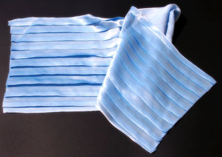 Pañuels con pliegues sobre satín de seda