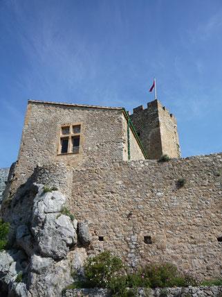 Le Chateau de Baulx le 1er mai 2011 - Le donjon depuis vue le jardin des senteurs - photo appartenant aux Compagnons de Tras Castel