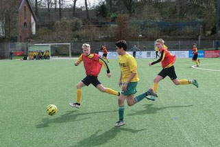 TuS C1-Jgd. im Spiel gegen FC Karnap. - Fotos: s.v.g.