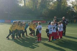TuS F1-Jugend im Spiel gegen den ETB Schwarz-Weiß. - Foto: tibe.