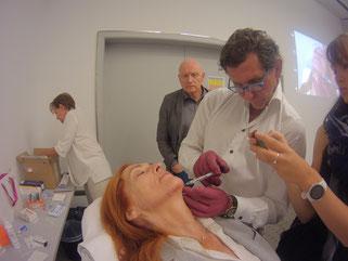 Dr.med.Gerhard Sattler veranschaulicht an einer Probandin, 68Jahre, nicht vorbehandelt, die Augmentation. (Foto: Cornwell)
