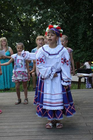 Stolz auf ihre Traditionen: Katja (re.) und die anderen Kinder aus Bragin führen beim Abschlussfest ihres Besuchs im hessischen Ried weißrussische Tänze vor.