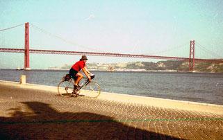 Einfahrt in Lissabon, im Hintergurnd die Hängebrücke über den Tejo