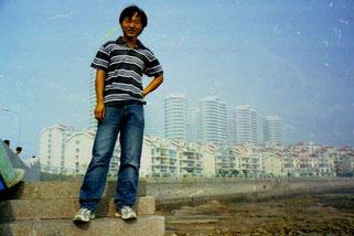 ein ehemaliger Fischer vor der neuen Skyline