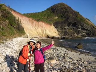 南崎の海岸で小富士をバックに