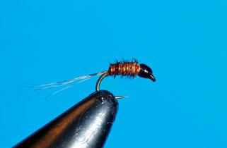 Amo: #18 - #22 Corpo: fibre di fagiano Code: gallo pardo Rib: filo di rameTestina: filo di montaggio nero verniciato