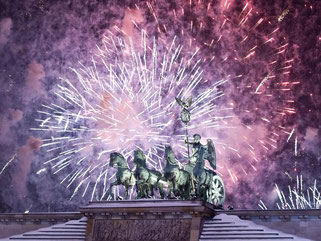 Drei, zwei, eins: Neujahr! Dann steigen wieder die Raketen in die Luft. Eine aktuelle Umfrage zeigt: Die Mehrheit der Menschen in Deutschland findet die Knallerei zum Jahreswechsel gut. Foto: Robert Schlesinger