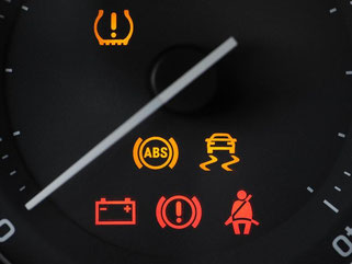 Kontrollleuchten für Reifendruck, ABS, ESP und andere Funktionen: ESP wird für Neuwagen zur Pflicht. Foto: Armin Weigel/Symbol