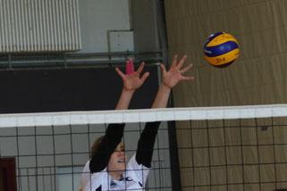 VC-Mittelblockerin Lina Dressler in Aktion