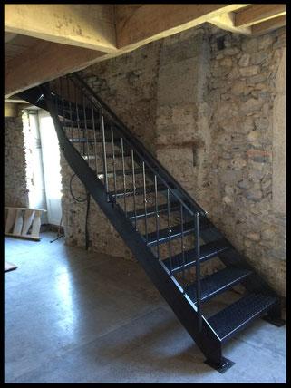 escalier  sur mesure tout métal avec marches en tôle larmée
