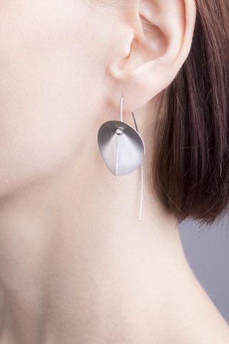 Die Ohrhänger LEAF aus Silber sind federleicht. Die beweglichen Scheiben schwingen geschmeidig.  Nahezu schwebend, wie ein Blatt im Wind, umspielen sie Ihren Hals.