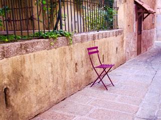 am Geburtshaus Napoleons stand für Wartende ein einsamer Stuhl