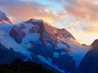 vom Licht des Himmels gekrönt, die hohen Berge der Westalpen