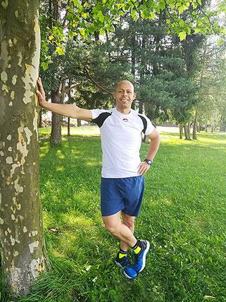 Larbi Bouda, an einem Baum lehnend