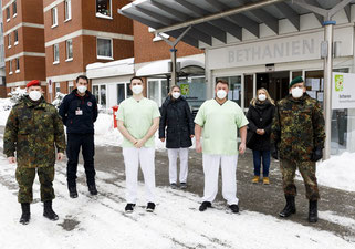 Bundeswehrsoldaten unterstützen die Abstrichteams in den Pflegeheimen. Foto: Stadt Braunschweig/ Daniela Nielsen