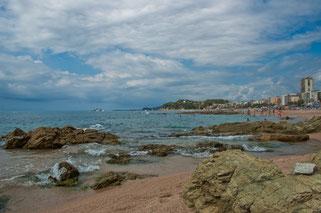 Рядом с пляжем раскиданы внушительные валуны. Впрочем, в этом месте никто не купался.