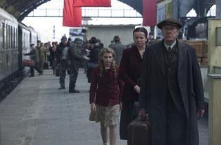 Sophie Nélisse, Emma Watson et Geoffrey Rush prennent le train (©20th Century Fox)