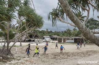 Niños vanuatuenses juegan al fútbol en la playa una vez terminado el ciclón. Por GREENPEACE