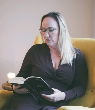 Andrea Löffler mit Buch