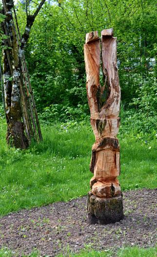 25. April 2014 - Einst Baum - jetzt Mann im Kopfstand im Garten (Plastik Corina Heinrich)