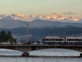 20. Mai 2014 - Wenn man im Zürcher Tram die verschneiten Alpen sieht, dann regiert der FöhnDer Sommer kommt doch