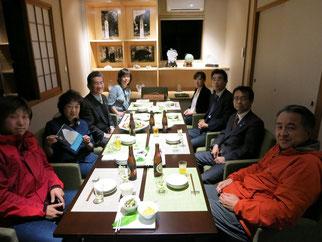 レストラン「加尾の庭」で小栗山雪枝さん(左から二人目)を囲んで