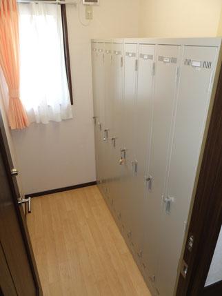 更衣室(各自鍵付きロッカー)