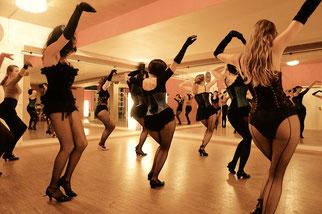 Burlesque-Show mit den Burlesquetänzerinnen von Dixie Dynamite's School Of Burlesque in München.