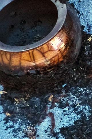 Schale auf bereits verbrannter Sägespäne mit dem für Raku typischen Krakelee