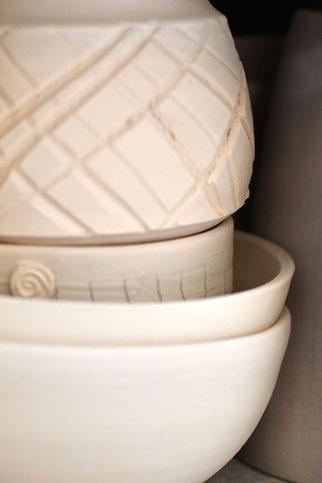 Detail geschrühter Keramik, teilweise mit eingeritztem Muster