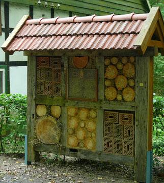 typisches Insektenhotel mit überwiegend ungeeignetem Füllmaterial