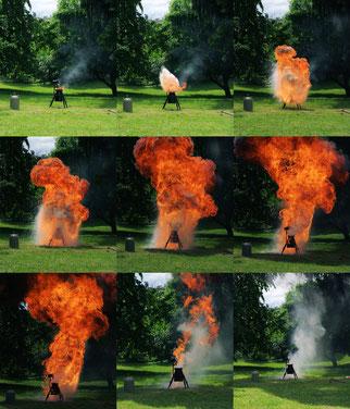 Feuerwehr simuliert Fettbrand/Fettexplosion, um die Gefährlichkeit zu demonstrieren. Länge der Sequenz 2,4 Sekunden. Verwendet wurden 1 kg Frittierfett und 1 Liter Wasser. / Foto: Wikipedia