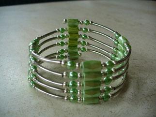 Bijou magnétique avec aimants verts perles synthétiques de même couleur