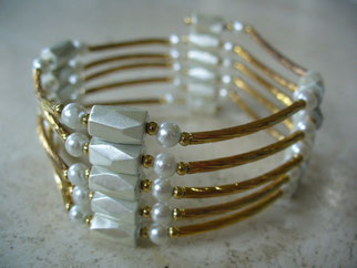 bijou magnétique doré avec aimants couleur blanche