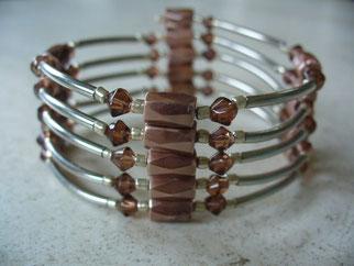 Bijou magnétique avec aimants beiges perles synthétiques