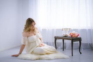 meisje in witte elegante jurk op de vloer